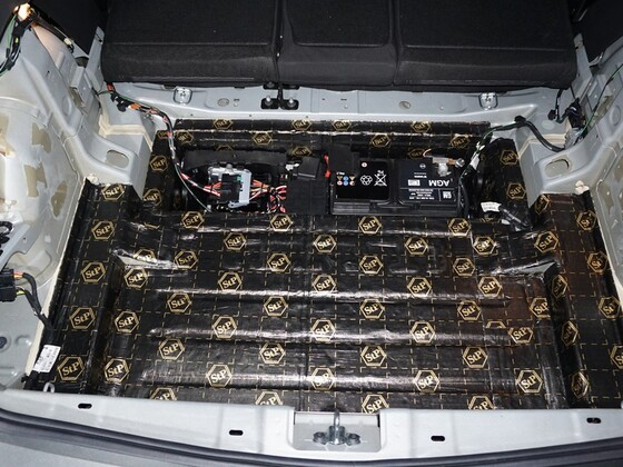 Dämmung im Kofferraum abgeschlossen - Batteriehalter wieder eingebaut - Batterie angeschlossen