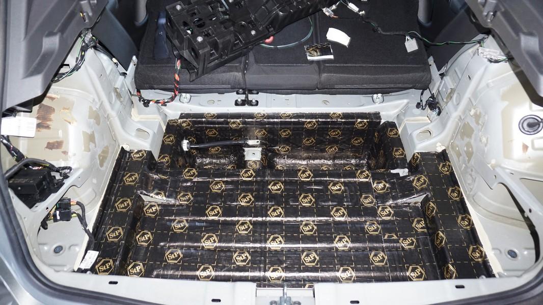 Kofferraum, Holme und Batteriefach in der Übersicht